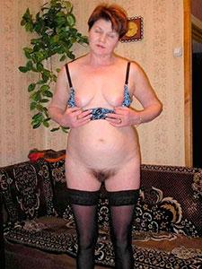 Зрелая женщина в чулках показала волосатую пизду