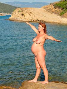 Голые беременные женщины на пляже