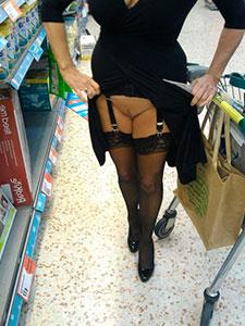 Зрелая светит писькой в магазинах