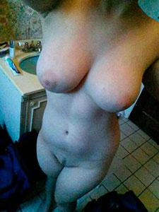 Селфи голой девахи с красивым телом