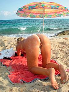 Зрелая блондинка позирует раком на пляже