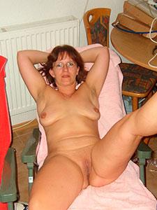 Женщина в возрасте с выбритой пиздой