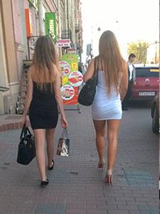 Красотки на улице в сексуальном платье