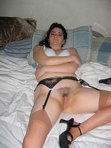 Зрелая брюнетка сосет член перед сексом