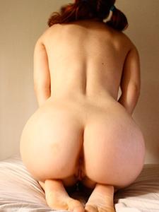 Шикарная круглая попка рыжей девушки