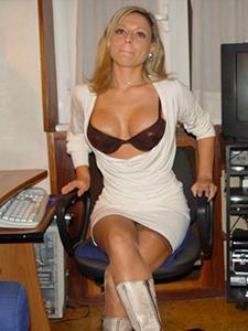 Стройная зрелая мамаша носит стринги
