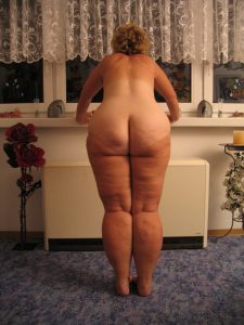 Толстая зрелая баба стоит раком