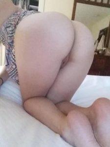 Зрелые сучки показывают голые попки