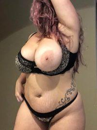 Большие сиськи и сочная попка красивой толстухи
