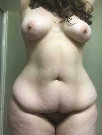 Голая толстуха с большой жопой и волосатой пиздой